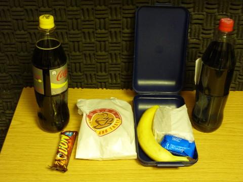 Verpflegung für die Frei House Disco Nacht #5: Cola, Schokoriegel, Brötchen, Banane, Kekse, Brot, Cola