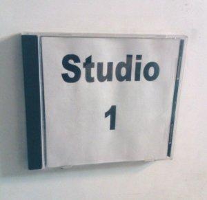 Den Eingang zum Studio 1 weist ein Schild